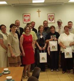 Rodzinne zdjęcie delegacji z Meppen z władzami Ostrołęki i przedstawicielami organizacji pomocowych, działających w naszym mieście