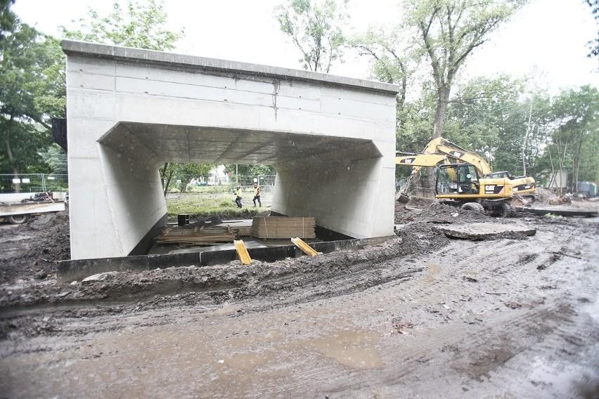 Pierwszy na budowie wiaduktu TAT stanął tunel dla pieszych i...
