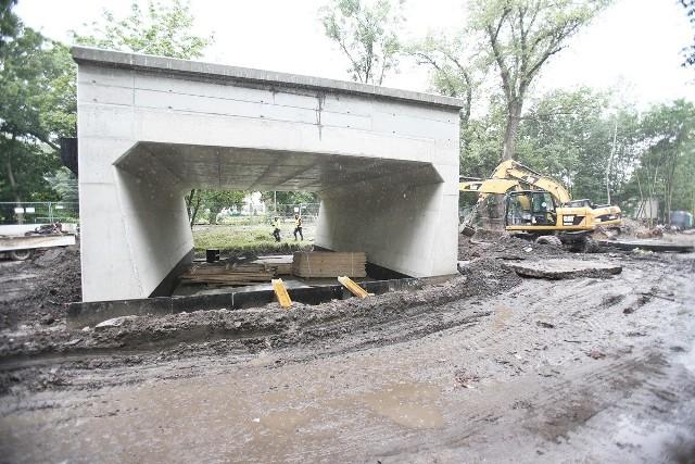 Pierwszy na budowie wiaduktu TAT stanął tunel dla pieszych i rowerzystów, którzy przejdą dołem od przejazdu kolejowego do ulicy Strzegomskiej.