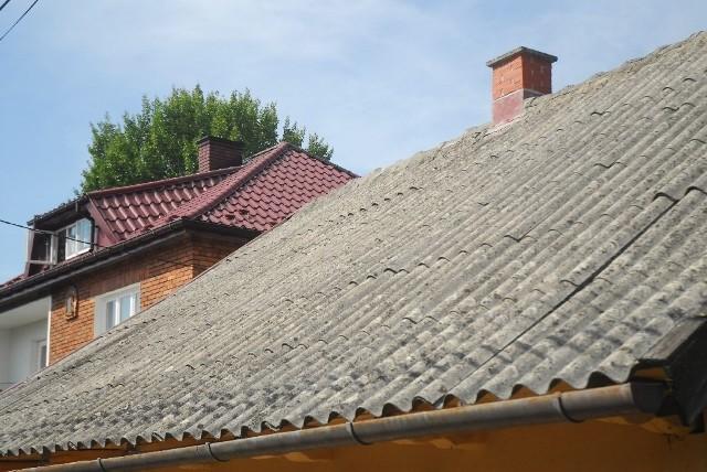 Pozbądź się azbestu z dachu. Gmina usunie go za darmoGmina pomoże zdjąć azbest z dachu