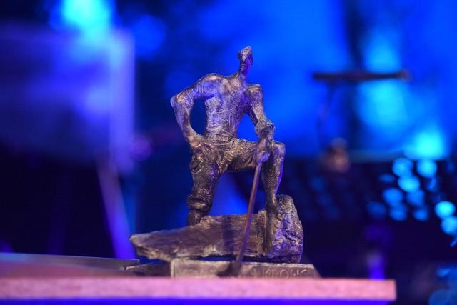 """Nagrodę Człowieka Roku wybiera kapituła powołana przez organizatorów, """"Gazetę Lubuską"""" i spółkę Swiss Krono. Laureat otrzymuje dyplom oraz honorową statuetkę przedstawiającą dumnego drwala – symbol mocy i odwagi"""