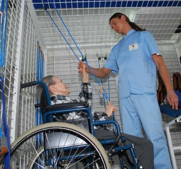 Fizjoterapeuta Grzegorz Turko, pracując z pacjentami, korzysta już z nowego sprzętu.