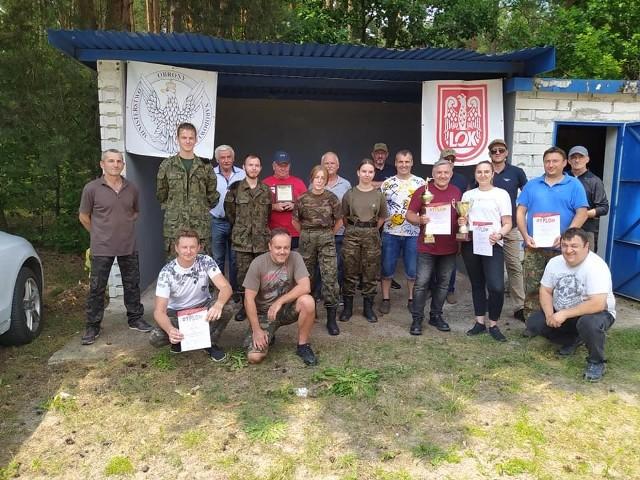 Uczestnicy zawodów strzeleckich w Pilczycy, poświęconych pamięci Włodzimierza Starzyka, z organizatorami.