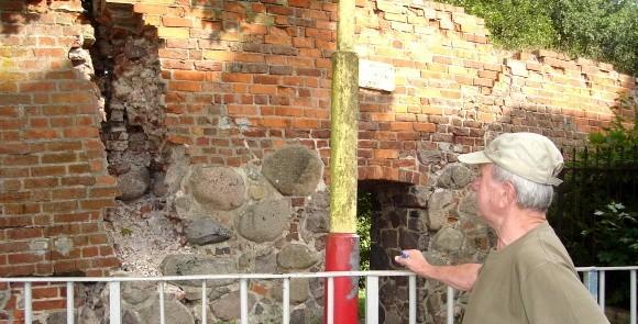 – Jeszcze trochę, a ten mur na kogoś runie – mówi pan Romuald, mieszkaniec ul. Kazimierza Wielkiego.