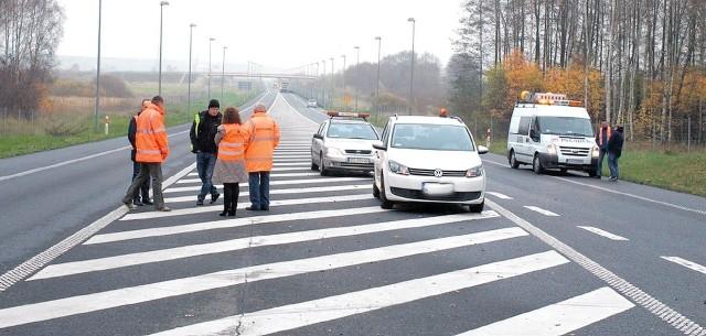 Wczoraj drogowcy ustalali na miejscu kolejność robót. Sześciokilometrowym odcinkiem drogi numer 10 nie ma już przejazdu. Należy kierować się na stary przebieg dziesiątki.