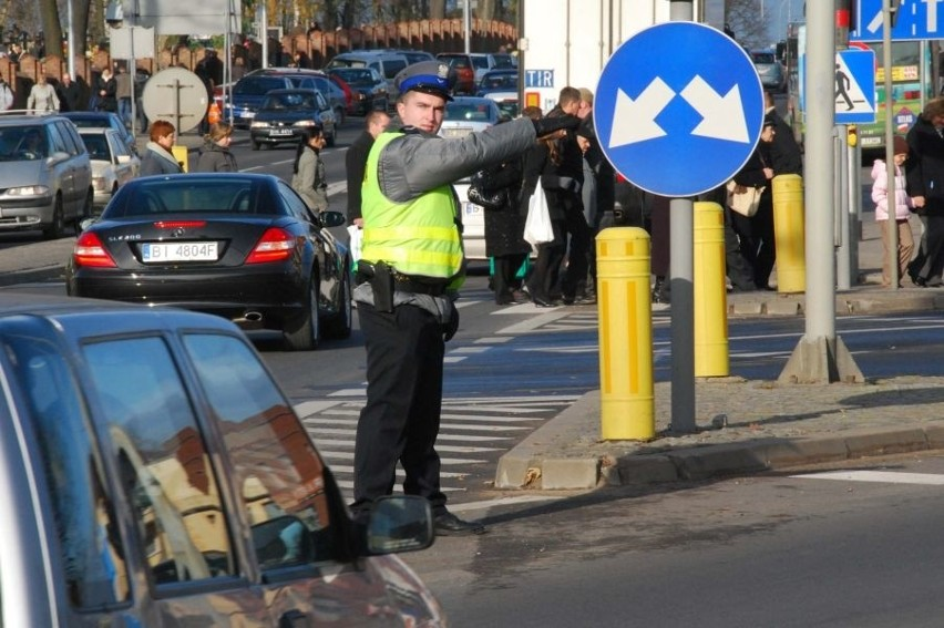 Policjant kieruje ruchem