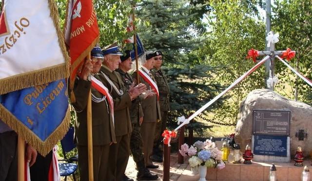 W uroczystościach rocznicy Akcji Burza w Cebrze co roku uczestniczą mieszkańcy, goście oraz poczty sztandarowe.