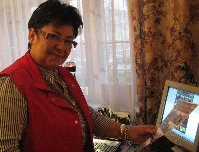 Ewa Piotrowska w swoim mieszkaniu. Za oknem nowy Orlik, a przed nią komputer. To na portalu Nasza Klasa padł pomysł nadania Orlikowi imienia Bolesława Bykowskiego.