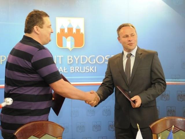 i Rafał Bruski tuż po podpisaniu umowy.