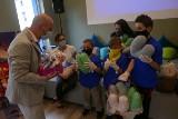Poduszki w kształcie serca trafiły do słupskiego szpitala, to dar od wychowawców i podopiecznych Domu Sąsiedzkiego