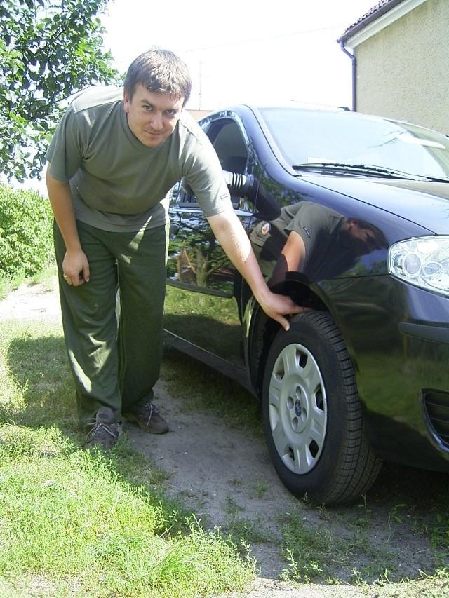 Przemysław Szymański pokazuje koło, które piszczy. Gdy po jeździe dotknęła koła jego żona, Marta, poparzyła palce. W serwisie fiata stwierdzono, że przegrzały się tarcze, a ta usługa nie podlega naprawie w ramach gwarancji.