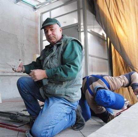 Przy budowie windy w budynku domu kultury i OPS pracowali Sylwester Piekun i Stefan Kaźmierczak.