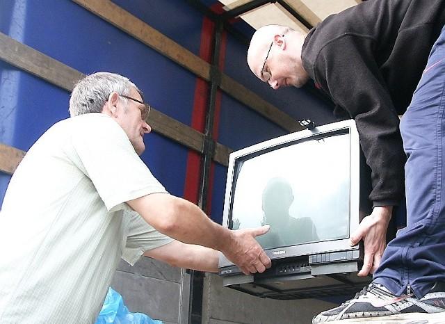 Zbigniew Trzeciakowski (z lewej) dostarczył niepotrzebny już telewizor. Z prawej - Dariusz Wiechan