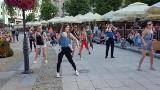 Taniec z bobasami na Rynku Kościuszki. Akcja budzi duże zainteresowanie
