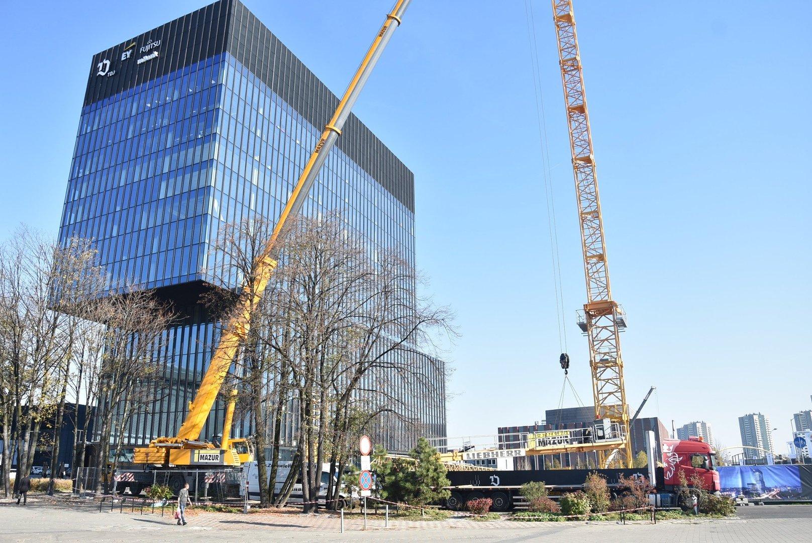Na budowie .KTW II wylądował pierwszy żuraw. Pomoże postawić najwyższy budynek w Katowicach