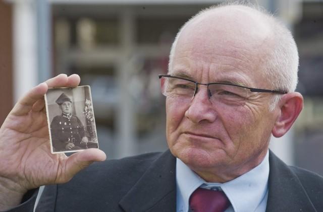 Anatol Gonczarewicz z fotografią swojego ojca Józefa. 17 września 1939 roku Józef Gonczarewicz dostał się do sowieckiej niewoli, a kilka lat później z całą rodziną został wywieziony pod Irkuck. - I tutaj przyszedłem na świat - mówi pan Anatol.
