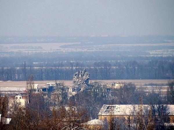 Zniszczona wieża kontrolna na lotnisku w Doniecku