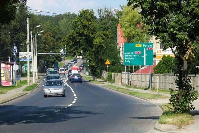 Ulicą Mikołowską codziennie przejeżdżają tysiące samochodów.