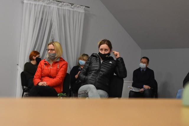 Spotkanie rodziców uczniów ze szkoły w Radnicy z burmistrzem Markiem Cebulą w sprawie zamknięcia szkoły.