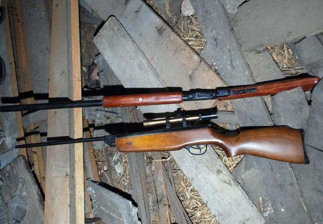 Broń zarekwirowana przez policjantów.
