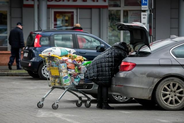 Komentarz kaliskiego posła PiS Jana Mosińskiego wywołał falę komentarzy na Twitterze. Po tym, jak jeden z oburzonych wyborców pokazał, jak mało można w tej chwili kupić przy jednorazowej wizycie w sklepie za 350 zł