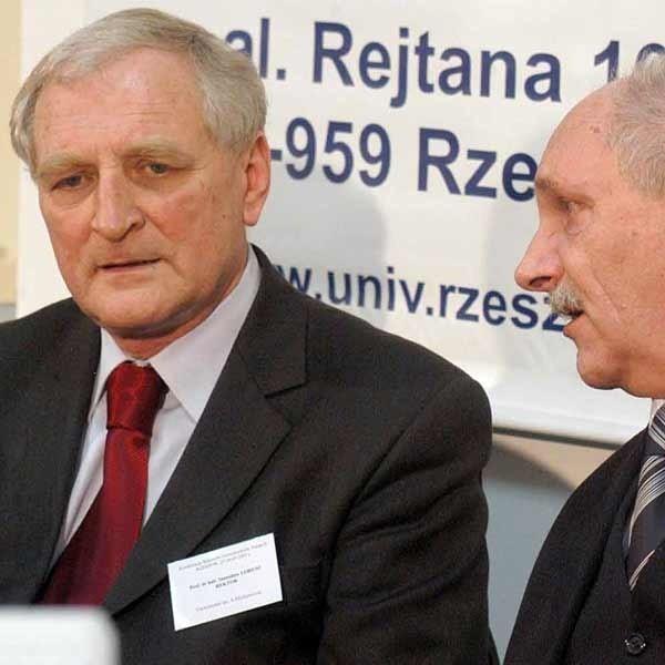 Prof. Włodzimierz Bonusiak, rektor Uniwersytetu Rzeszowskiego (z prawej) nazwał ustawę lustracyjną bublem. Obok prof. Stanisław Lorenc.