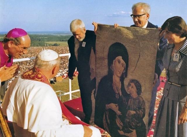 Prof. Dorota Simonides i prof. Antoni Guzik (z lewej) darowali Ojcu św. gobelin z Matką Boską Opolską.
