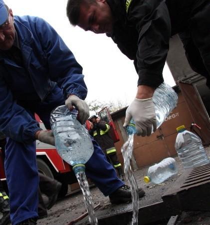 Spirytus był wylewany do kartki kanalizacyjnej na środku policyjnego parkingu