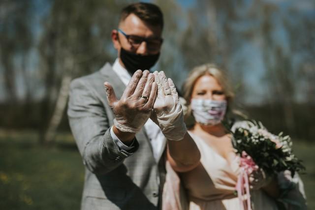 Rok 2020 jest dla par młodych wyjątkowo trudny. Ponownie wprowadzono ograniczenia w organizacji wesel i ślubów. Jakie? Sprawdź w galerii --->Na zdjęciu państwo Sołtys, którzy pobrali się w czasie lockdown'u. Wesele planują zorganizować za rok.
