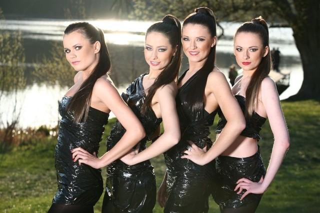 Finalistki Miss Polonia Ziemi Radomskiej 2009 w ekstrawaganckich kreacjach z folii pozują do zdjęć.