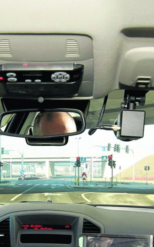 Kierowcy kupują rejestratory dla własnego bezpieczeństwa, ale... gdy inny kierowca ich zdenerwuje, przekazują nagrania policji