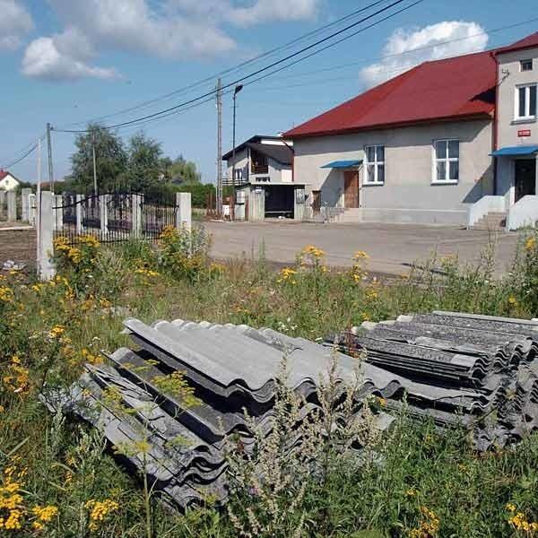 Na osiedlu Hankówka, tuż obok Domu Ludowego,  mieszkaniec na swojej posesji ułożył stertę eternitu. Czeka, aż miasto będzie realizować kolejną akcję zbierania odpadów azbestowych.