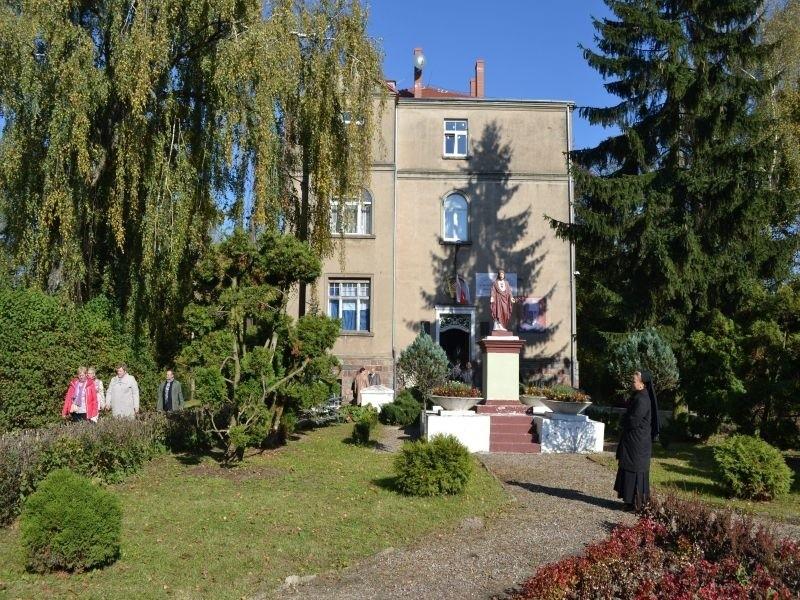 Tak prezentuje się klasztor Pallotynów w Sucharach. Mieszka w nim dwóch zakonników