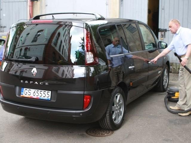 Renault espace służy urzędnikom ratusza, choć przetarg w którym vana kupiono budzi kontrowersje opozycyjnych radnych.