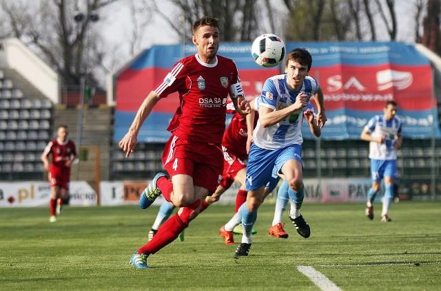 Tydzień temu Wojciech Łobodziński (na czerwono) mocno ucierpiał w starciu z Jarosławem Ratajczakiem (z prawej), ale do Katowic jedzie.