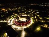 Nowa tężnia solankowa w Busku nocą - zachwycający widok. To najpiękniejszy taki obiekt w Polsce [ZDJĘCIA Z DRONA]