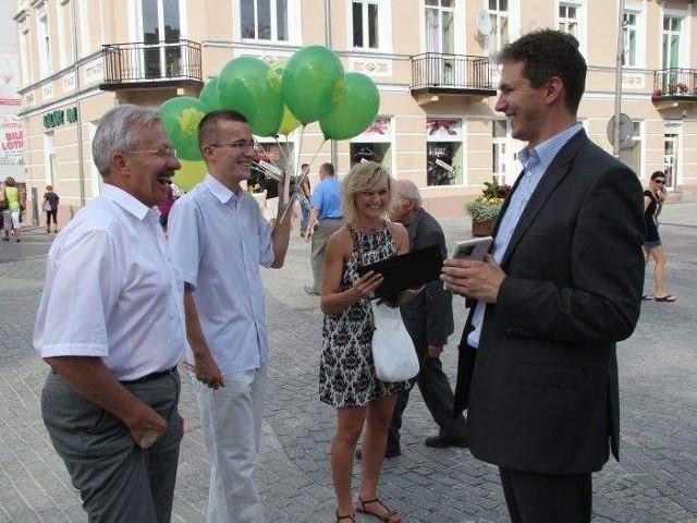 Stanisław Góźdź (z lewej) oraz Adam Jarubas tryskali dobrym humorem. Panowie namawiali przechodniów do głosowania na PSL.