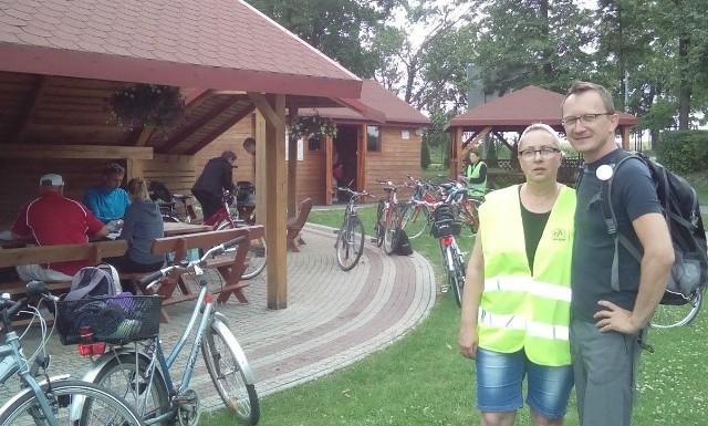 Na rajd rowerowy po gminie Radków wybrała się również rzecznik burmistrza Włoszczowy Iwona Boratyn; na zdjęciu z przewodnikiem turystycznym Michałem Piorunem.