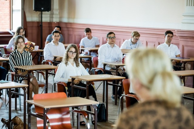 - Tak długo, jak nie będzie to absolutnie niezbędne, będziemy się starali zachować obowiązek przystąpienia do egzaminu maturalnego w części ustnej - zapowiedział dyrektor CKE.