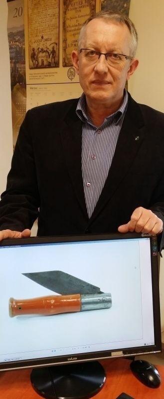 Jan Główka, dyrektor Muzeum Historii Kielc, pokazuje, jak kilkadziesiąt lat temu wyglądały produkowane w Zagłębiu Staropolskim scyzoryki.