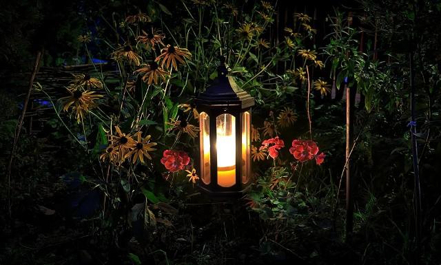 Warto zadbać, żeby ogród w pobliżu kącika wypoczynkowego był atrakcyjny nie tylko w ciągu dnia, ale też wieczorem.