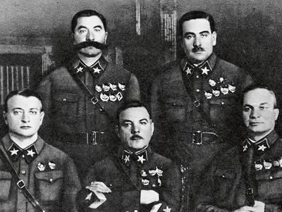 To zdjęcie zostało zrobione w 1935 lub 1936 r. Jest na nim pięciu pierwszych marszałków Związku Sowieckiego. W pierwszym rzędzie od lewej: Michaił Tuchaczewski, Kliment Woroszyłow, Aleksandr Jegorow, powyżej Siemion Budionnyj i Wasilij Bluecher. Czystki przeżyli tylko Budionnyj i Woroszyłow. FOT. ARCHIWUM