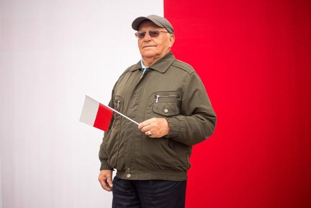 W czwartek (2 maja) przed słupskim ratuszem odbyły się uroczystości związane z obchodami Dnia Flagi. Odśpiewano hymn państwowy i na maszt wciągnięto biało-czerwoną flagę Polski. W uroczystościach udział wzięli mieszkańcy przedstawiciele władzy ze Słupska i regionu.