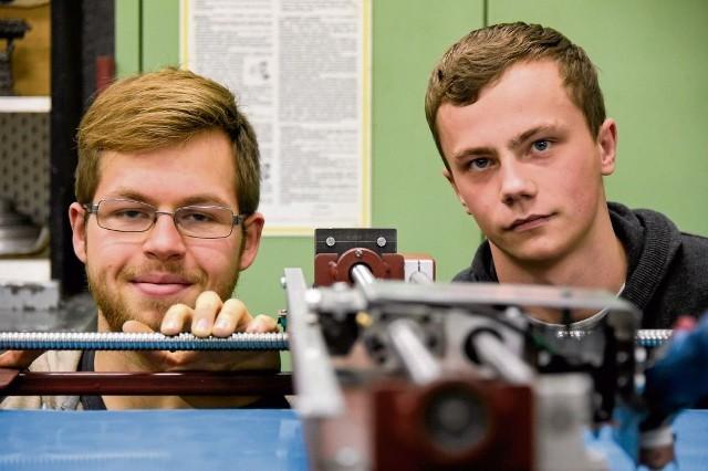 """Piotr Tomaszuk (z lewej strony) i Emil Jackowski postanowili tak udoskonalić wycinarkę plazmową, żeby """"czytała"""", a potem wycinała narysowany lub obrysowany kształt"""