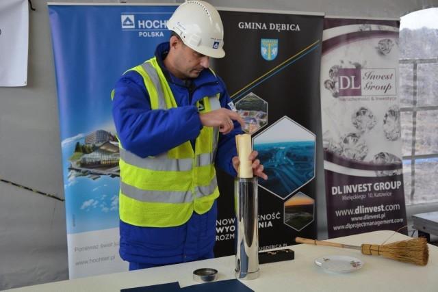 Wmurowanie kamienia węgielnego pod nowy zakład firmy Hutchinson w Zawadzie k. Dębicy.