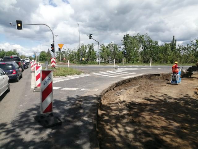 Z Naramowickiej nie można skręcić w prawo w Lechicką, w stronę mostu Lecha, sygnalizacja świetlna jest wyłączona, a przy stacji Lotos budowany jest łącznik.Przejdź do kolejnego zdjęcia --->