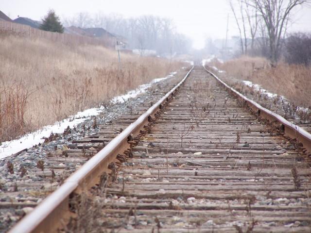 Ktoś skradł fragment trakcji kolejowej między Solcem Kujawskim a Cierpicami pod Toruniem. W pociągach dalekobieżnych, które mają opóźnienia, wydaje się pasażerom poczęstunki.