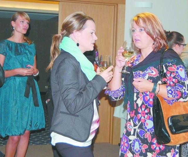 Suwałki. Pierwsze spotkanie Lady Business ClubPrzybyłe na spotkanie suwalczanki miały okazję do poznania się oraz wymiany doświadczeń. Wszystkiemu bacznie przyglądała się pomysłodawczyni – E. Bartosiewicz (na zdjęciu z lewej).