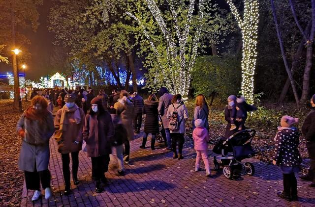 Ogród Doświadczeń w Krakowie. Większość osób jest w maseczkach, ale nie zachowują dystansu co najmniej 1,5 metra