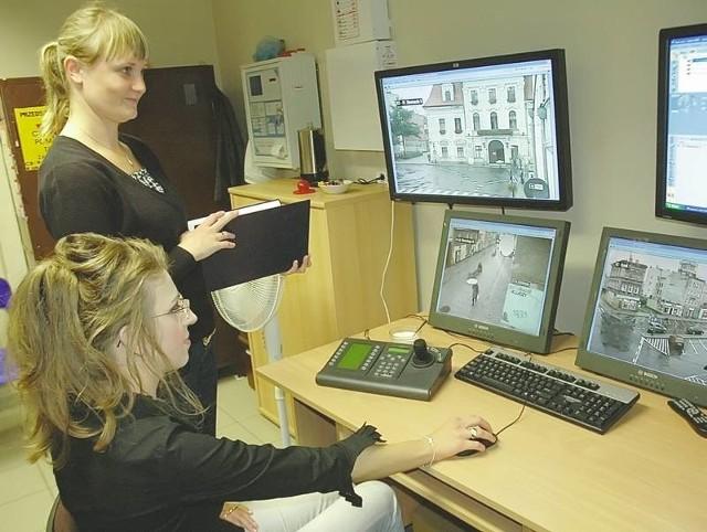 Mirosława Stasiczak (na pierwszym planie) i Adriana Bobrowska - Szałaj pracują przy miejskim monitoringu. Obraz z siedmiu kamer (na razie działają cztery) będą obserwowały na czterech dużych monitorach.
